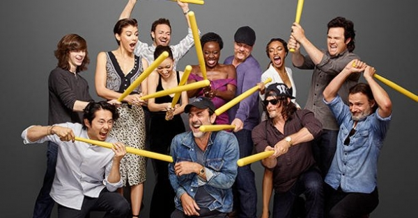 the-cast-of-the-walking-dead-pose-for-a-group-photo